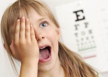 Девочке проверяют остроту зрения