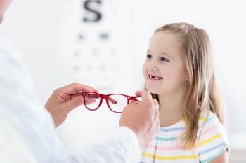 Ребенку подобрали очки