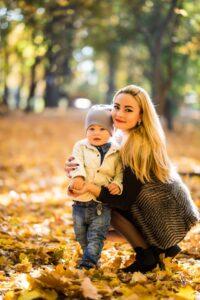 Мама и дочка в осеннем парке
