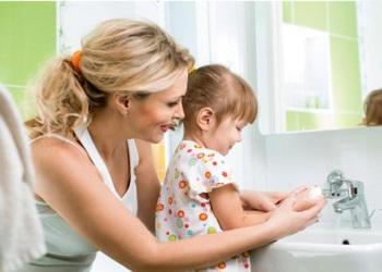 Мама с дочкой моют руки
