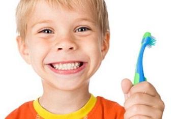 Мальчик с зубной щеткой