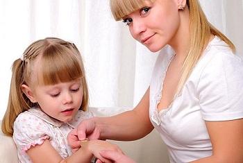 Девочке обрабатывают рану