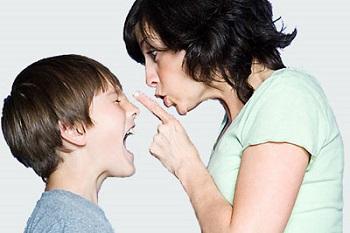 Мама с сыном напротив друг друга