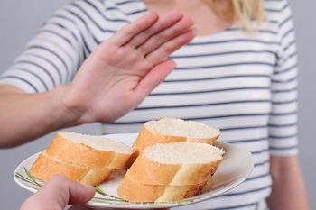 Тарелка с нарезанным хлебом