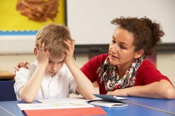Мама помогает сыну с уроками