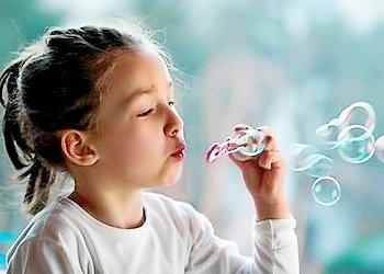 Девочка с мыльными пузырями