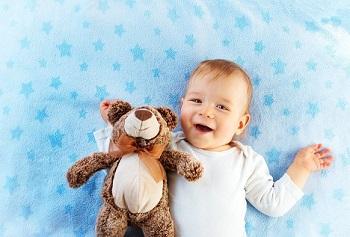 Малыш с плюшевым мишкой