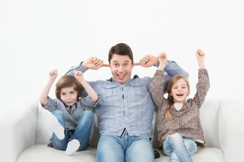 Папа с детьми играют