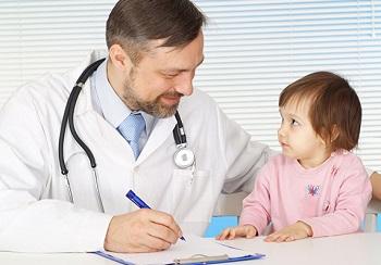 Детский доктор со своим пациентом