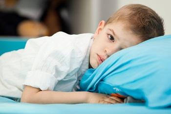 Мальчик лежит на подушке