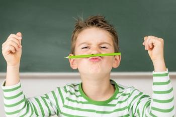Школьник в полосатой кофте