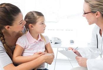 Мама с дочерью у доктора