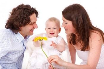 Родители и маленький ребенок