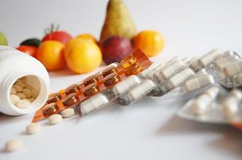 Витамины в таблетках и фруктах