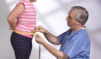 Доктор измеряет параметры ребенка
