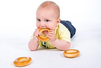 Маленький ребенок с бубликами