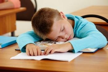 Мальчик уснул во время урока