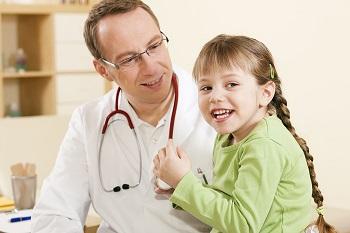 Девочка с детским доктором