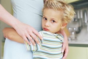 Сын обнимает маму
