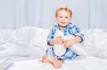 Мальчик в голубой пижаме