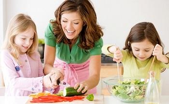 Мама с дочками готовят