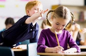 Мальчик с девочкой в школе