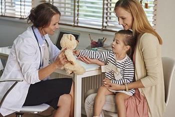 Мама с дочерью на приеме у врача