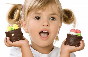 Девочка с двумя пирожными