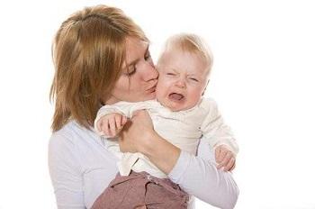 Молодая мама с ребенком на руках
