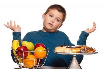 Мальчик с фруктами и сладостями
