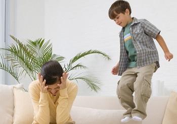 Мальчик прыгает на диване