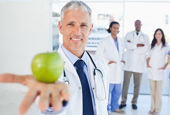 Доктор с яблоком