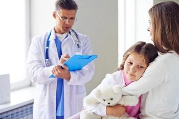 Мама с дочерью у врача