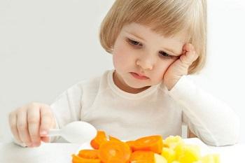 Девочка не хочет есть овощи