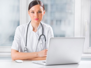 Девушка доктор на рабочем месте