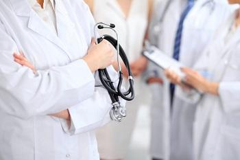 Доктор с фонендоскопом в руке
