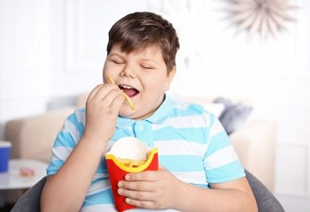 Мальчик с картофелем фри