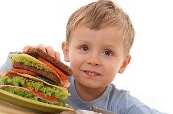 Мальчик с большим бутербрордом