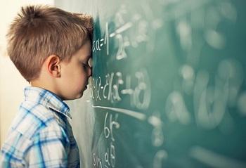 Школьник у классной доски