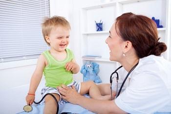 Малыш на осмотре у педиатра