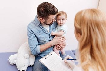 Папа с ребенком у врача