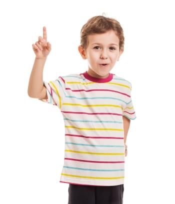 Мальчик в полосатой футболке