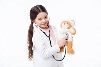 Девочка в медицинском халате