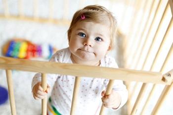 Маленький ребенок в кроватке