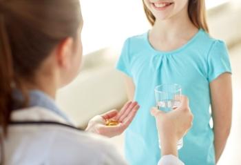 Мама дает девочке таблетки