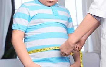 Ребенку измеряют талию