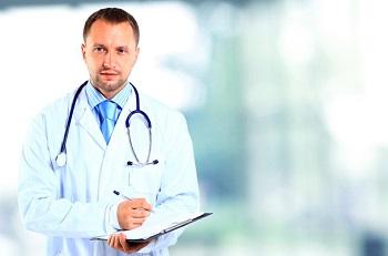 Мужчина доктор в белом халате