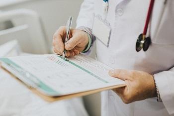 Доктор записывает результаты обследования