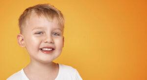 Ребенок улыбается