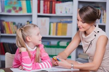 Девочка занимается с педагогом